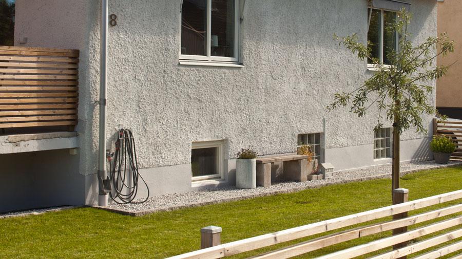 Tvättad sten intill husgrunden