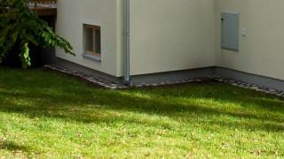 Körplattor längs husväggen
