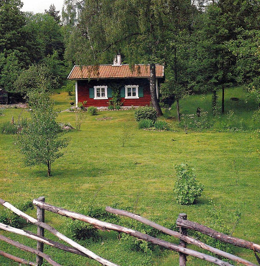 Sommartorp med kombination av gräsmatta och äng