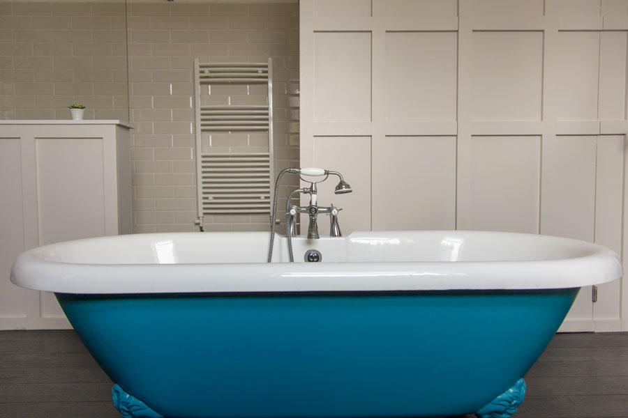 Modernt badkar i retrostil