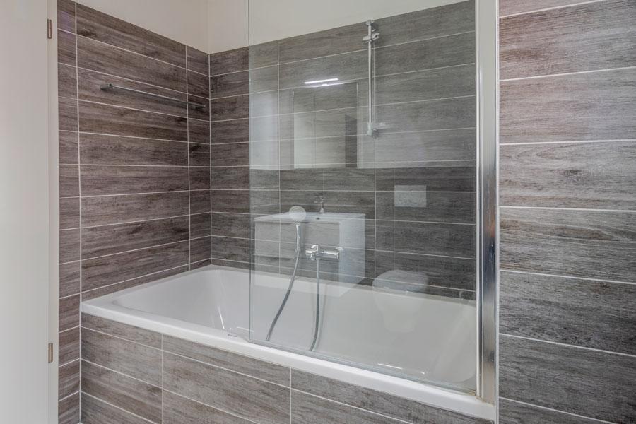 Badkarsväggen är en duschvägg på badkarskanten