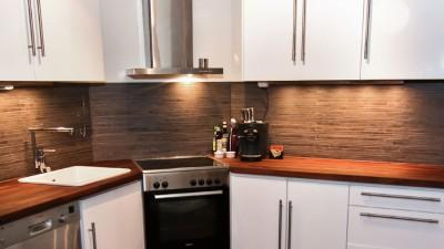 Bänkskivor av trä ger ett levande kök