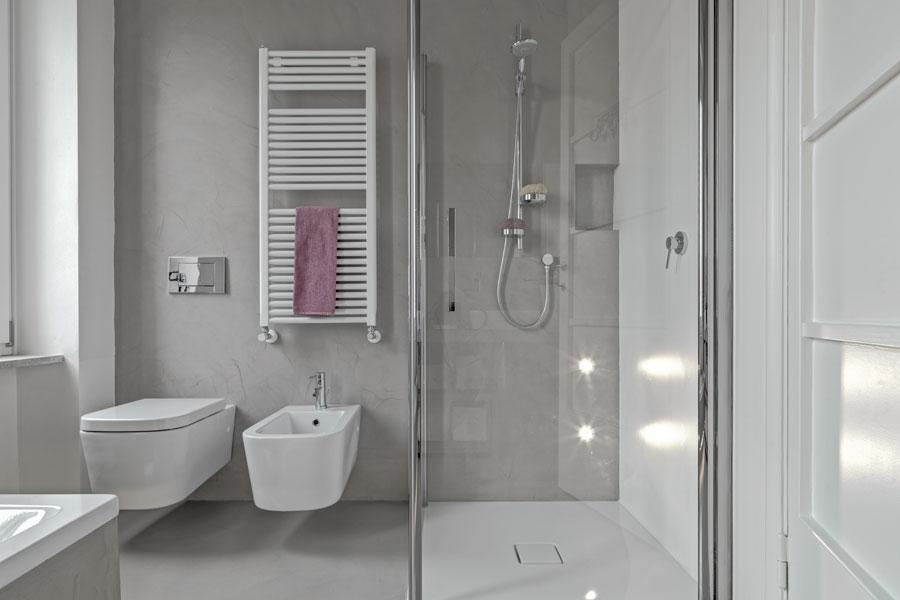 Duschhörn i vackert vitt badrum