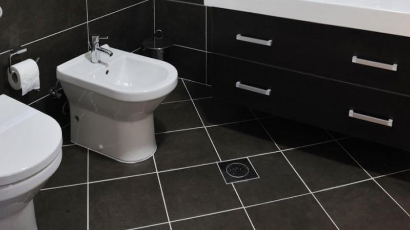 Fogbruk och färgnyanser ger klinkergolv och kakelväggar i badrum finish