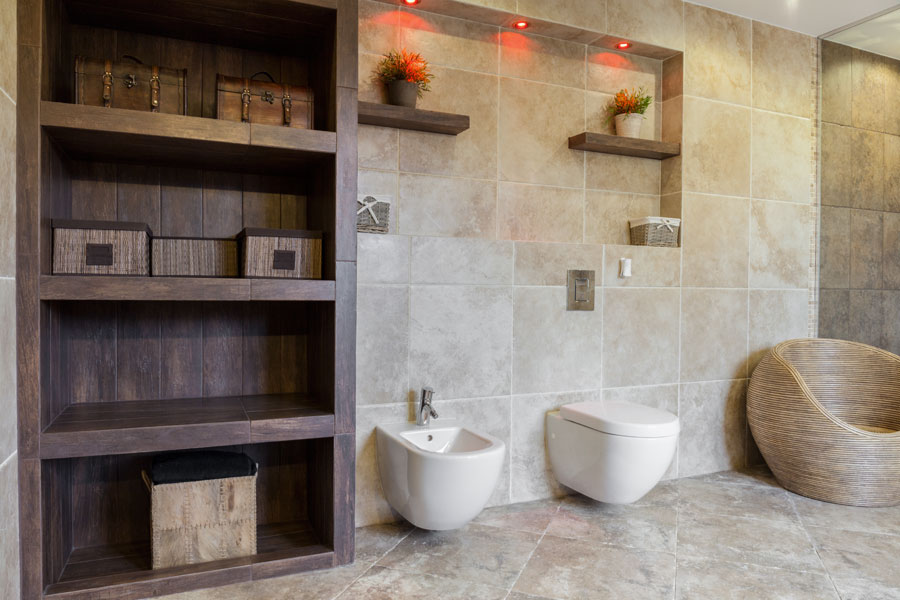 Inbyggda hyllor i badrum