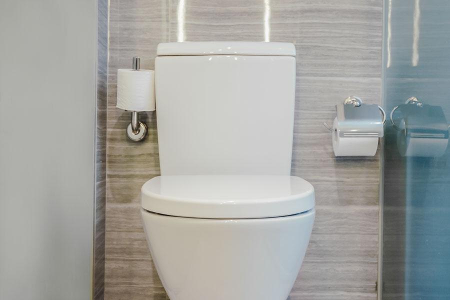 Klassisk vit toalettstol i badrum