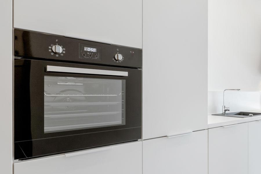 Nyinstallerad inbyggnadsugn i kök