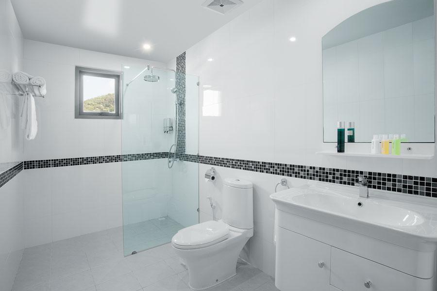 Mindre badrumsfönster högre placerat i badrummet