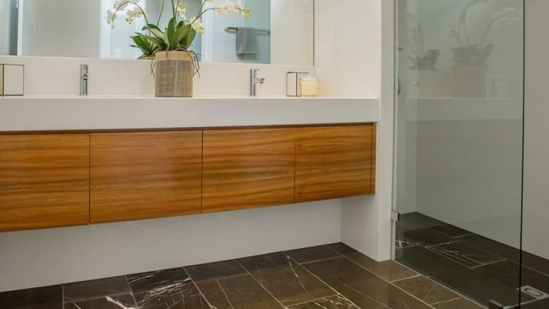 Exklusivt och vackert med stengolv i badrummet