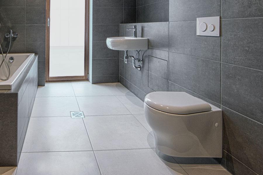 Frihängande toalettstol i badrum