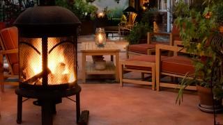 Eldkorgar och ljuslyktor skapar stämning i trädgården