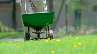 Gödselspridare för gödning av gräsmattor
