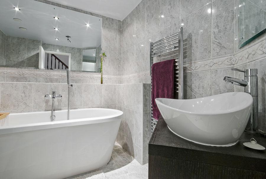 Marmorgolv och marmorväggar i badrum