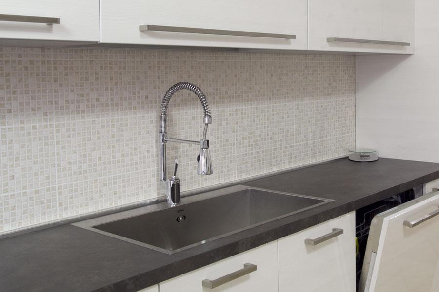 Mosaik ovanför diskbänken i kök