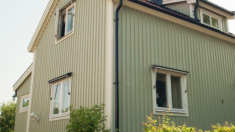 Måla träfasaden utomhus med linoljefärg