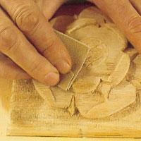 Använd ett sandpapper där du kommer åt
