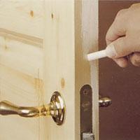 Du kan rita med en krita och se vart dörren kärvar