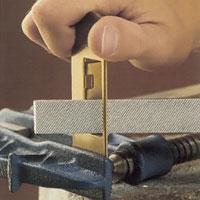 Mindre justeringar av lås kan göras med metallfil