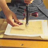 borra försiktigt 1 mm genom fanerskikten och dra igenom sågbladet