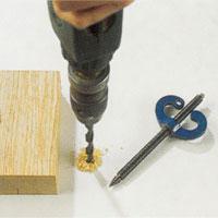 Borra ett lämpligt hål i arbetsbänken