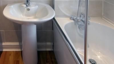 Sätt upp en duschvägg över badkaret