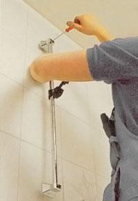 Börja med översta fästet när du ska sätta duschanordningen på plats