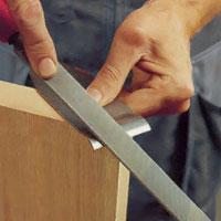 Fila då av klaffen även på ovansidan och rikta underkanten mot stålöppningen