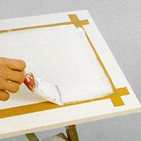 Försegla tejpens kanter genom att stryka den ljusa färgen över och längs med tejpen