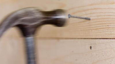 Spika rätt i trä med hammare