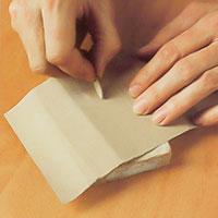 Justerna den utskurna biten med slippapper