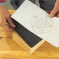 Lägg karbonpappret med färgytan mot träytan