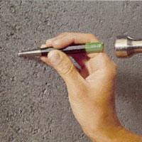 Slå en fördjupning med körnare innan du börjar borra i betongväggen.