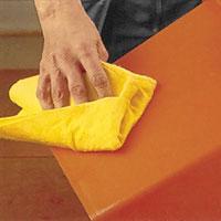 Ytor av plast eller gummi ska alltid rengöras med alkaliskt rengöringsmedel
