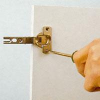 Lyft av köksluckorna och skruva loss beslagen