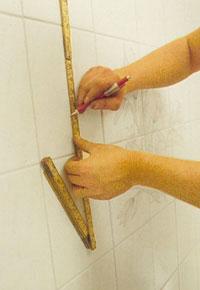 Gör märken för borrmarkeringar med en blyertspenna