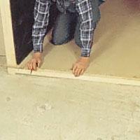 Mät upp basturummets bredd vid golvet och kapa regeln