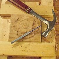 mönstra bottenträet till exempel med hammare och en lämplig puns