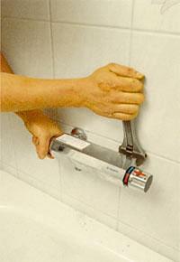 Montera bad- och duschblandaren i anslutningarna
