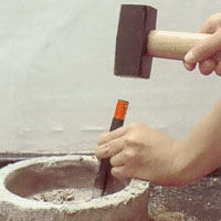 Ev cementsockel eller muff ska huggas bort med mejsel och slägga.