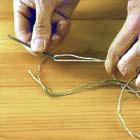 Trä en nål med garn och förbind med en knop