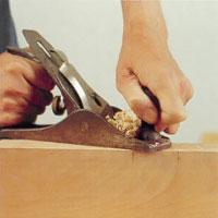 Oregelbundet trä kan kräva att du hyvlar i olika riktningar, men mot fibrerna