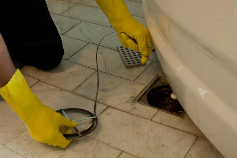 Tar bort stopp med rensband i golvbrunn