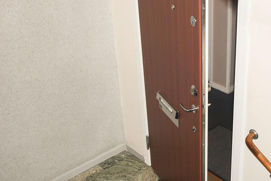 Säkerhetsdörr installerad i lägenhet