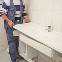 När skåpstommen är på plats montera tvättställsblandaren