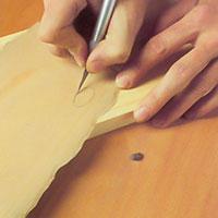 Skär ut en fanerbit med en hobbykniv