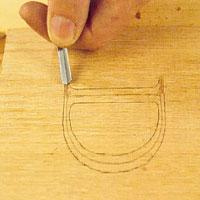 Skär vinklarna med getfot från yttre kanten