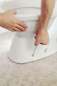 Skruva fast toalettstolen.
