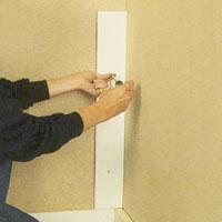 Skruva eller spika fast passbiten på den längsgående väggen på samma höjd som bänkskåpen sitter