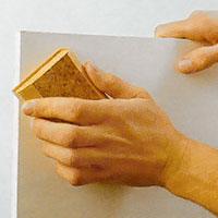 Låt spacklet torka ordentligt innan du slipar jämnt med ett slippapper
