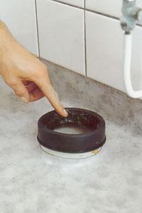 Smörj gumminippelns, dvs packningens, insida med diskmedel